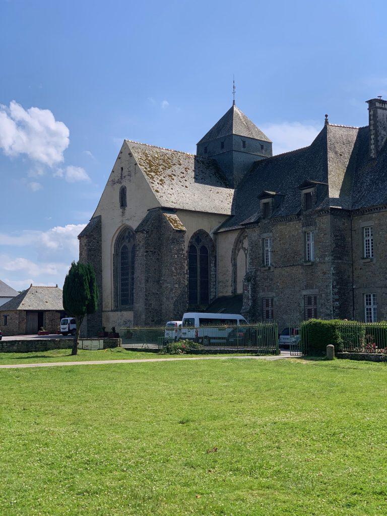 L'abbaye de Paimpont, dans la forêt de Brocéliande hotêl