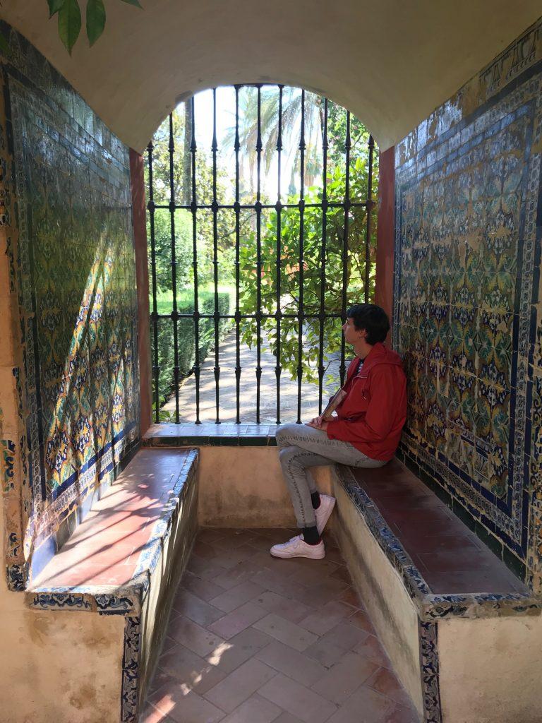 Florian qui regarde le jardin
