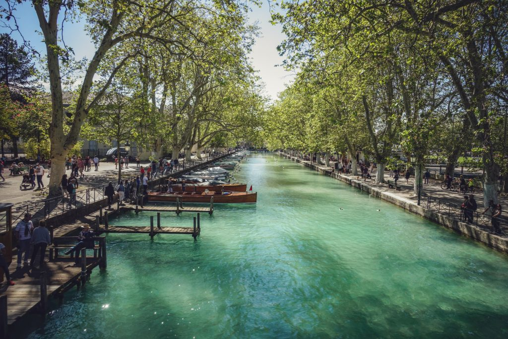 visiter annecy a pied canal bateau